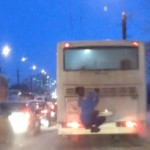 В Кирове на путепроводе засняли молодого зацепера (ВИДЕО)