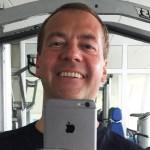 Медведев лишил чиновников дорогих айфонов