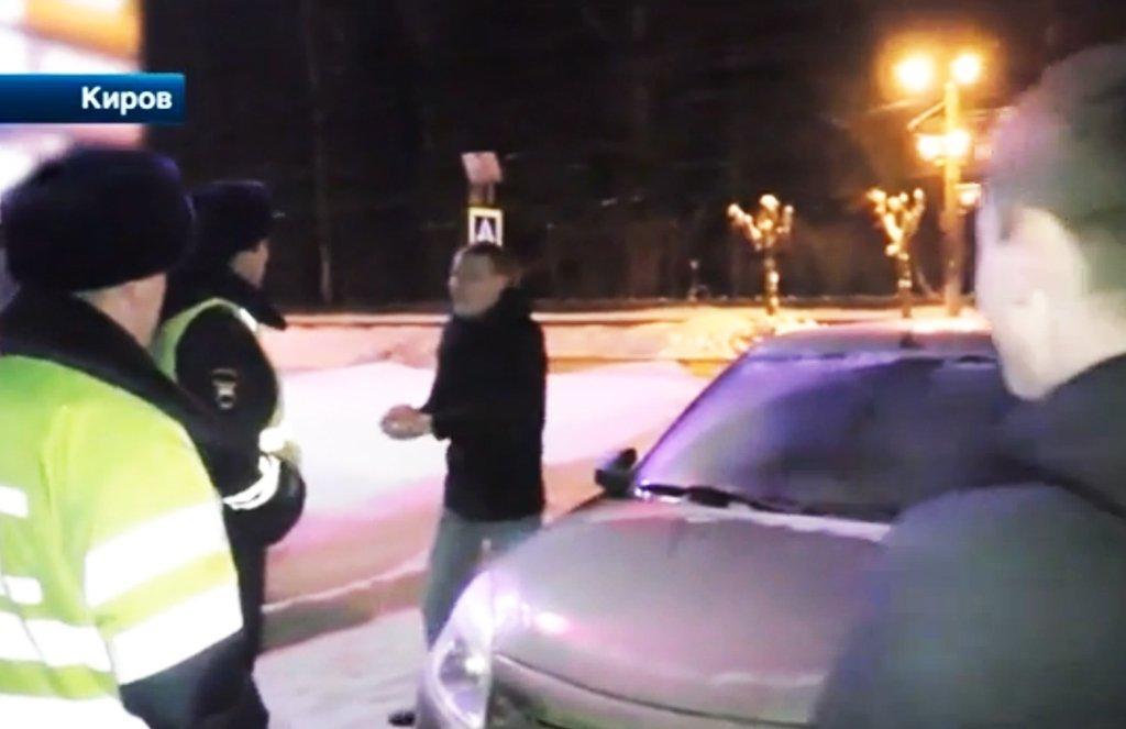 закидал полицейских снежками