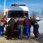 Застрявшую во дворе машину «скорой помощи» толкали шесть человек (ВИДЕО)