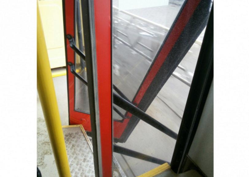 у автобуса выпала дверь