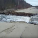 В Кировской области асфальтированную дорогу снесло потоком воды (ВИДЕО)