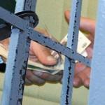 Двое осужденных попытались дать взятку сотруднику исправительного учреждения