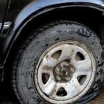 В Кирове во дворе на улице Ленина за ночь изрезали колеса на 15 машинах