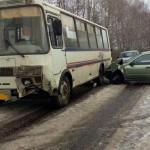 В Котельничском районе водитель «Лада-Калина» врезался в автобус