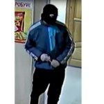 В Кирове мужчина в маске ограбил магазин: полиция разыскивает подозреваемого