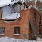 На доме, на который упал башенный кран, смонтировали временную кровлю