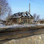 Оставшийся без жилья омутнинец греется ночью у костра на пепелище своего дома