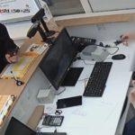 Видеокамера зафиксировала, как мужчина в маске с пистолетом ограбил салон связи в Кирове: устанавливается личность