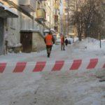 В Кирове с крыши здания упал рабочий, который занимался расчисткой снега