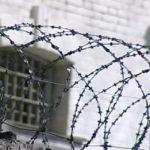 Осужденный дал взятку сотруднику УФСИН, чтобы пронести телефон и алкоголь на территорию колонии