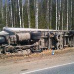 В двух районах Кировской области произошли аварии с участием большегрузов: фуры перевернулись в кювет