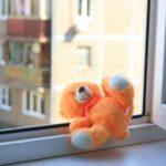 В Кирове с 9 этажа выпали две двухлетние девочки