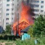 В Кирове горит дом