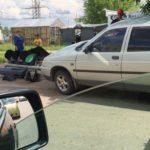 В Кирово-Чепецке грейдер снес две «легковушки» и светофор