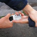 В Вятских Полянах молодой человек избил и отобрал у знакомого сотовый телефон и часы