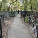 Голая кировчанка уснула на кладбище, оставив без присмотра свою девятилетнюю дочь