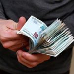 В Куменах мужчина украл деньги у продавца при пересчете купюр