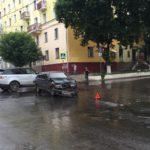 В Кирове «ВАЗ-2114» врезался в припаркованную «Ниву»: от удара машина зацепила еще три автомобиля