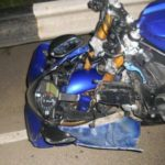 В Кирове «Ода» столкнулась с мотоциклом «Ямаха»: после удара мотоциклист наехал на ограждение и опрокинулся