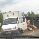 В Кировской области на трассе перевернулась фура с помидорами