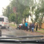 В Кирове столкнулись иномарка и рейсовый автобус: от удара легковушка въехала в дерево