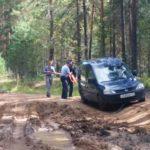 В Кильмезском районе сотрудники ГИБДД вытащили застрявший на размытой дороге автомобиль: местная жительница заехала на нем в лес за грибами