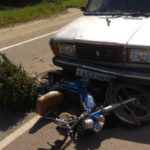 В Лебяжском районе 73-летний мужчина на мопеде врезался в ВАЗ-2104: пенсионер госпитализирован с травмами