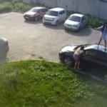 В Кирове две девушки станцевали на чужой машине: инцидент попал на камеру видеонаблюдения