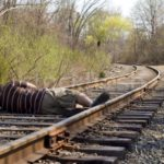 В Кировской области пьяный мужчина уснул на рельсах: машинисту грузового поезда пришлось применять экстренное торможение
