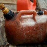 Мужчина с сигаретой решил перелить бензин: в травмбольницу кировчанин поступил с ожогами 12% тела