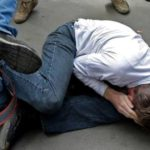 В Кирове четверо молодых людей избили и ограбили местного жителя