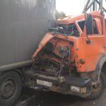 На трассе «Вятка» водитель КамАЗа врезался в стоящий на обочине МАЗ