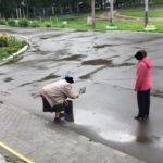 В Кирове уборщицу заставили вытирать лужи во дворе перед школой