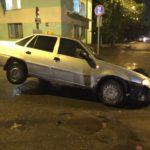 В Кирове машина такси провалилась в яму