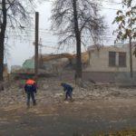 В Кирове упал экскаватор и обрушил часть здания на проезжую часть
