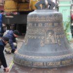 В Кирове к Спасскому собору привезли 4-тонный колокол