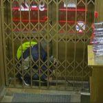 В Кирове неудачливый вор попал на видеокамеру: мужчина с подельниками попытался сломать решетку магазина
