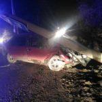 В Кирове 18-летний бесправник на «Ладе» снёс столб: от удара опора рухнула прямо на машину
