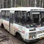В Кировской области рейсовые автобусы тонут в грязи: «Пазик» пришлось вытаскивать с помощью УАЗа