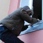 В Котельниче задержали мужчину, который проник в чужую квартиру и стал выбрасывать вещи из окна