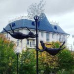 В Кирове установили новую «скульптуру»: двух зайцев, парящих на одуванчике