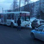 В Кирове столкнулись автобус и иномарка