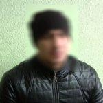 В Кирове мужчина с ножами зашел в магазин и открыто похитил бутылку алкоголя, после чего выпил ее рядом с торговой точкой