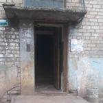 «И смешно и плакать хочется»: В Кирове с подъезда украли железную дверь