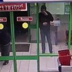 В Кирове мужчина похитил кошелек у посетителя магазина: устанавливается личность