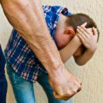 В Кирове семейная пара избивала своего 12-летнего сына: мальчика не кормили и запирали на замок в комнате