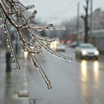 """В Кировскую область пришел """"ледяной дождь"""": водителям и пешеходам стоит быть предельно осторожными"""