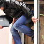 В Кирове мужчина разбил окно и проник в цех предприятия: злоумышленник похитил ноутбук и скрылся