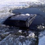 Житель Омутнинска решил прокатиться по пруду на машине и провалился под лед